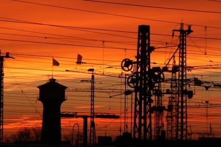 Abendhimmel-über-Bahnlinie-und-John-Deere-Wasserturm-Lindenhof