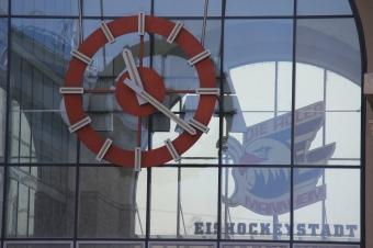 Bahnhofshalle mit Uhr und Adler-Logo