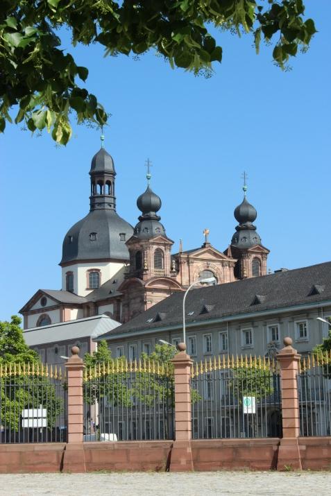 Blick aus dem Schlosshof auf Jesuitenkirche und Palais Bretzenheim