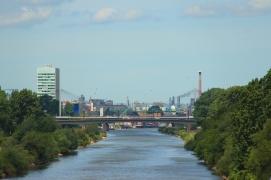 Neckar an der Maulbeerinsel mit Blick auf Industriegebiet